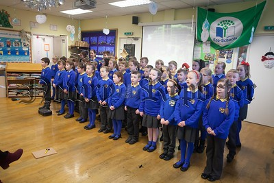 The choir ntertaij the crowd at Bunscoil an Luir Christmas Concert. R1651021