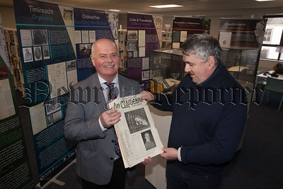 Seamus MacDhaibheid is pictured with Chris Cassidy from Newry Library. R1814004