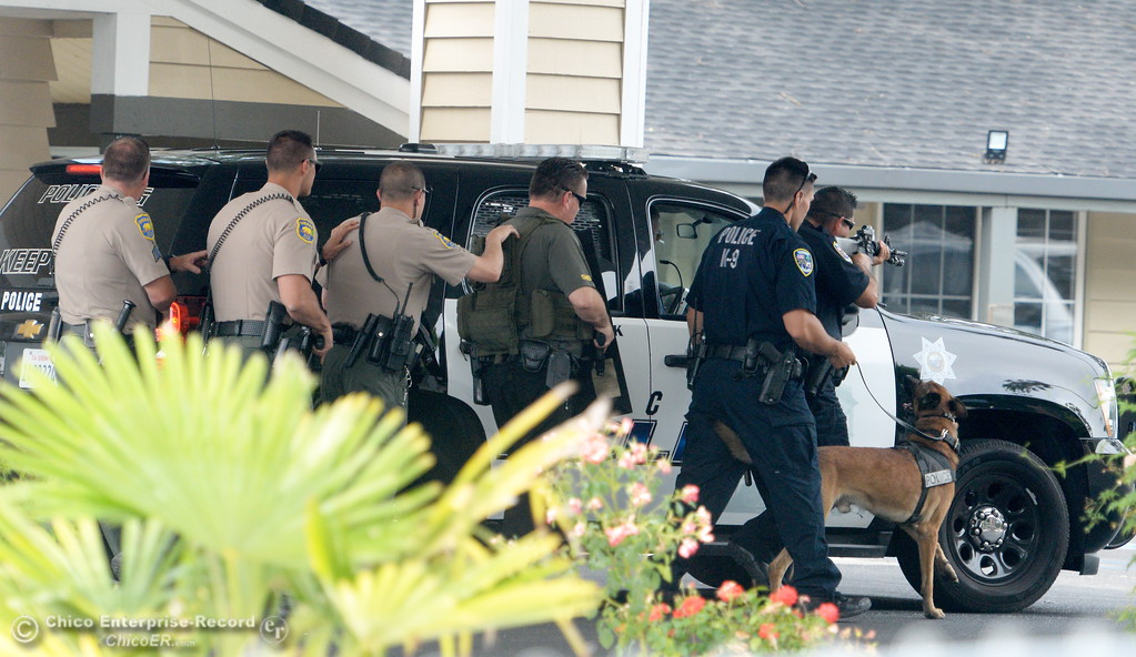 . Chico Police and Butte County Sheriff\'s Deputies search for a gunman at the Safari Inn after reports of a shooting near Cohasset Road in Chico, Calif. Wed. June 7, 2017. (Bill Husa -- Enterprise-Record)