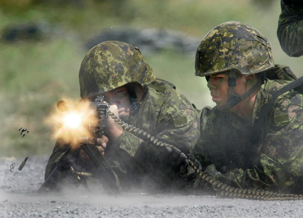 Canadian soldiers demonstrate a C6-CPMG machine gun at a graduation ceremony for 146 soldiers from the Soldier Qualification Course at Connaught Ranges and Primary Training Centre in Ottawa, Saturday, August 18, 2007. Photo by Patrick Doyle.