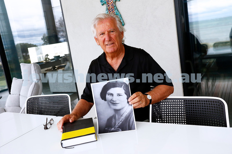 20-1-17. Gary Hearst with a picture of his aunt Sidonie Herschkovics. Photo: Peter Haskin