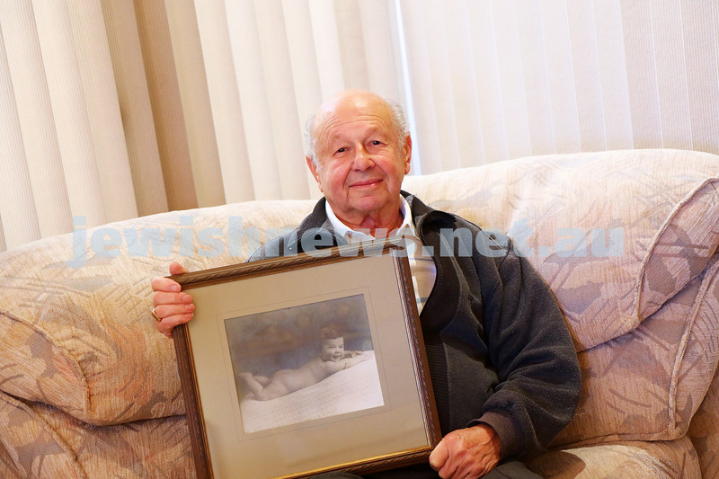 16-5-16. Manny Shadur holding the photo of himself taken in 1933 aged about 7 months that led Yitzchak Hermoni to write a letter to the Jewish News and finding Manny. Photo: Peter Haskin