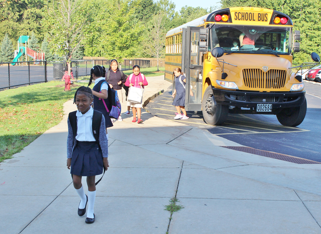 . Chestnut Elementary School students arrive for the first day of school, Aug. 16, 2017. (Tawana Roberts - The News-Herald)
