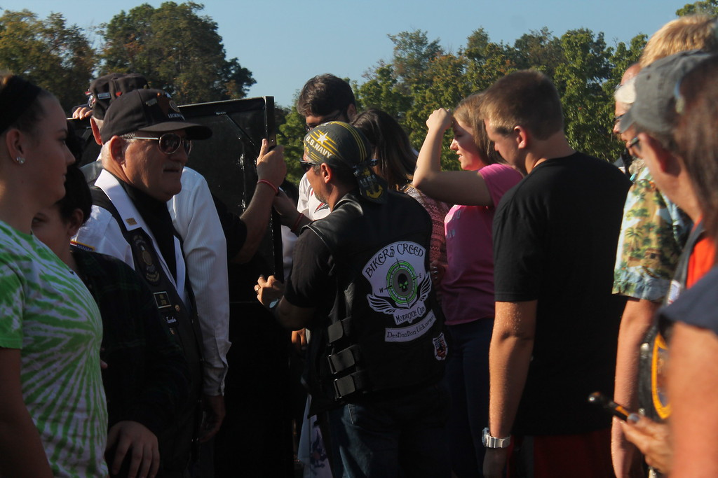 . Kristi Garabrandt � The News-Herald <br> Perry High School students help Purple Heart Recipients and combat veterans assemble the last panels of the Moving Wall as it arrived at Perry High School, Sept. 21.