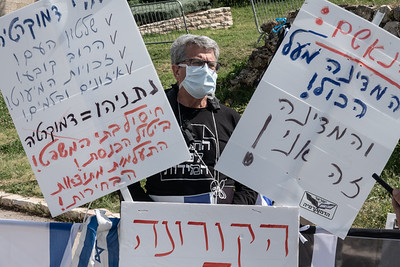 Black Flags Protest Government Corruption in Jerusalem