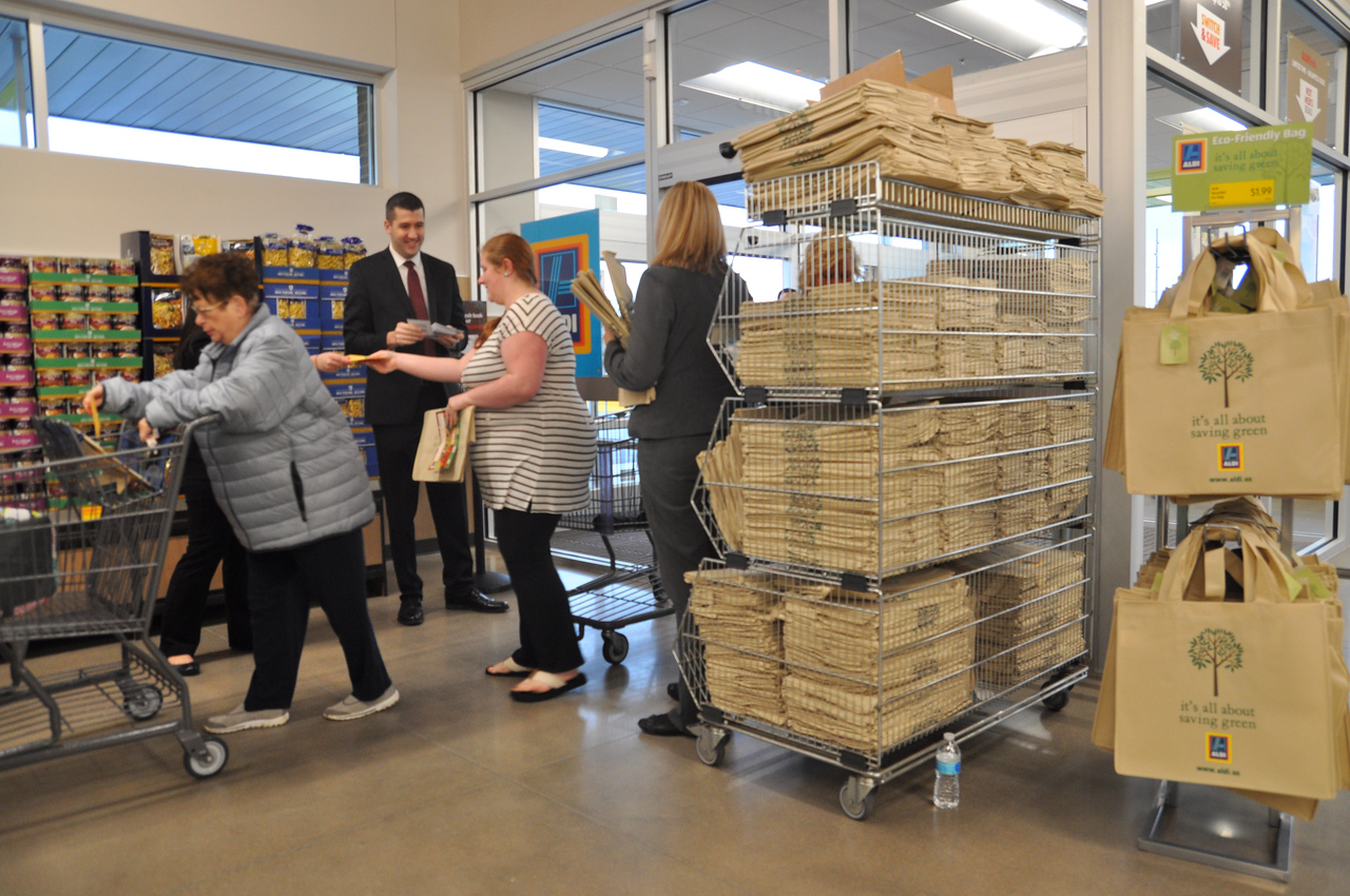 ASHLEY FOX / GAZETTE Shoppers on Thursday were given complimentary reusable bags at the ALDI Grand Opening event.