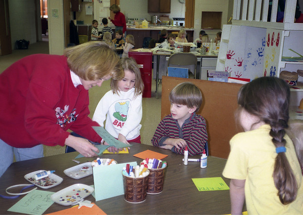 THE GOSHEN NEWS PHOTO  February 1, 1999<br /> Teacher Kim Bitting, far left, helps Pleasant Oaks Preschool students make get-well cards recently for Elkhart County Sheriff's Department officer Robert Yarger. Doctors are trying to determine if Yarger, who has lupus and heart disease, is in good enough health to be placed on a heart donor list. Yarger is scheduled for valve replacement surgery in Indianapolis Friday if his lungs test strong enough. With Bitting are students Kate Ahonen, Alex Schrock and Alyssa Drinkwine (with ponytail), who is Yarger's niece. The preschool is located in the Pleasant Oaks Mennonite Church in Middlebury.
