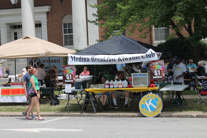 LAWRENCE PANTAGES / GAZETTE Medina's various Kiwanis Clubs were part of the 43rd Art in the Park event on Sunday in Public Square, providing food services to visitors.