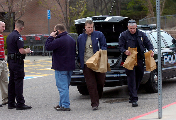 Investigators at the scene of King Soopers on Tuesday morning where Earl Albert Moore, Southwest Plaza Mall bomb suspect, arrested in Boulder Tuesday Morning<br /> Photo by Paul Aiken / The Camera