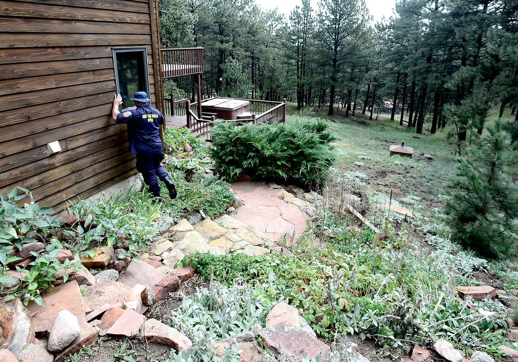 . Members of a FEMA Urban Search & Rescue team check homes off of Lee Hill Drive to make sure people are accounted for or that may need help in Boulder, Colorado September 16, 2013.  DAILY CAMERA/ MARK LEFFINGWELL
