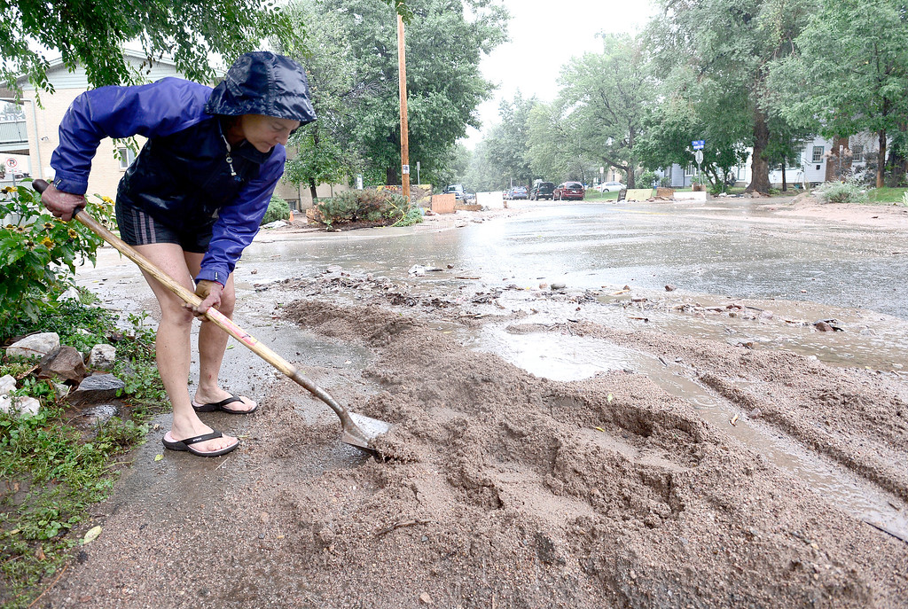. Cindy Pagano tries to divert water from her home as the rains start getting heavier in Boulder, Colorado September 15, 2013.  REUTERS/Mark Leffingwell  (UNITED STATES)