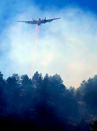 A large slurry bomber passes over part of the Dome Fire in Boulder, Colorado October 29, 2010.  CAMERA/Mark Leffingwell