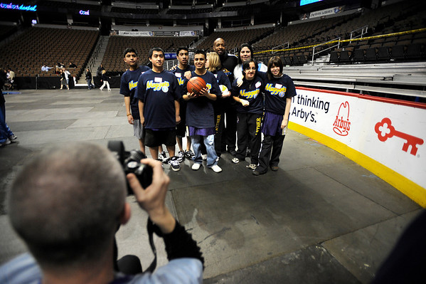 Boulder High students pose with Denver Nuggets Anthony Carter  during a Special Olympics Basketball Clinic held at the Pepsi Center in Denver, Colorado February 23, 2010.  CAMERA/Mark Leffingwell