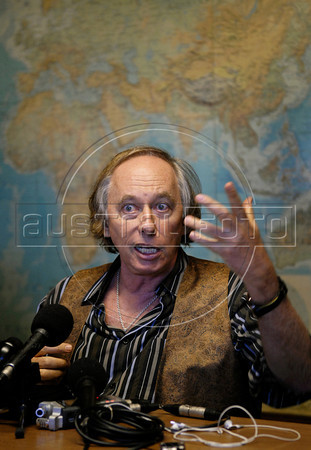 Rio de Janeiro's state environment secretary Carlos Minc, talks with journalists about Chevron's oil leak in an offshore field, Rio de Janeiro, Brazil, March 21, 2012. (Austral Foto/Renzo Gostoli)