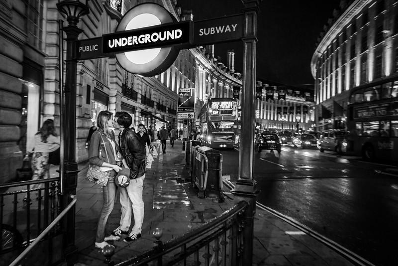 NOMINATION PRIX ANTOINE DESILET  VIE QUOTIDIENNE 2013<br /> --- BON BAISER DE LONDRE ---<br /> PHOTO OLIVIER PONTBRIAND LA PRESSE. - LONDRE -Dans cette photo: Un couple s'échange un dernier baiser avant de se quitter lors d'une nuit pluvieuse à Londre.  -30- Catégorie: Vie quotidienne («Feature») 27 juillet 2013.