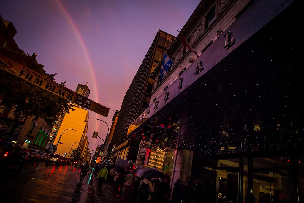 PHOTO OLIVIER PONTBRIAND LA PRESSE. - MONTRÉAL. -  7 OCTOBRE 2013 - Dans cette photo: Un arc-en-cie s'est forme dans le ciel de montréal le soir de la première du film AMSTERDAM ce soir au cinema Impérial  -30-  Référence # 628465 Section: Arts