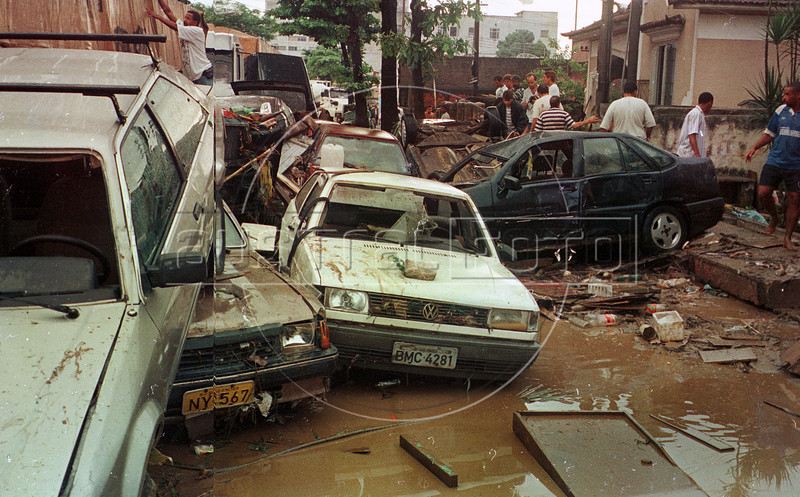Residents watch a damaged area by floods in Jacarepagua, outskirts of Rio de Janeiro, Brazil, February 14, 1996. Brazilian officials said the death toll from floods and mudslides in Rio has risen to more than 80. (Austral Foto/Renzo Gostoli)
