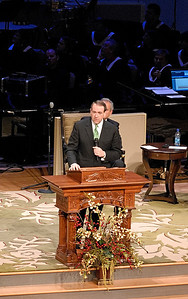Presidential hopeful Mike Huckabee speaks a few words to the congregation of First Baptist Church Woodstock Sunday morning.