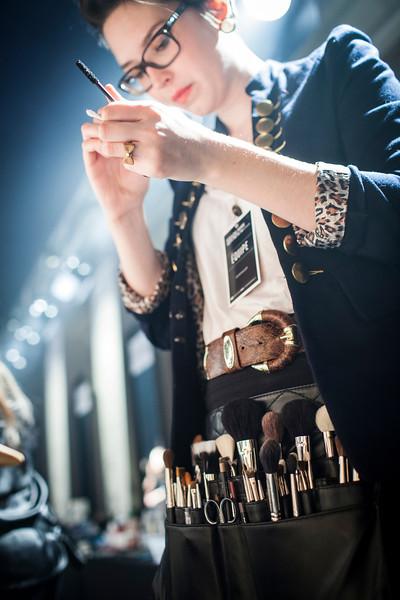 510183<br /> Section vivre<br /> Reportage sur les coulisses de la semaine de la mode de montreal.<br /> Dans cette photo Une maquilleuse se prepare avant larrive des mannequins<br /> Photo Olivier PontBriand