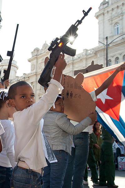Demonstration in cuba <br /> <br /> Marche citoyenne pour la célébration de la naissance de José Martí poète cubain. Une démonstration du support militaires est aussi présente lors de la marche.<br /> Photo Olivier PontBriand