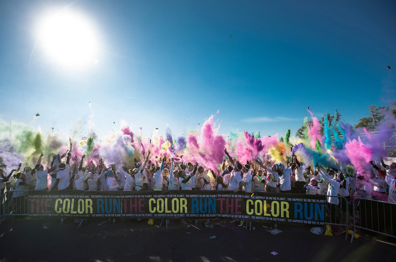 PHOTO OLIVIER PONTBRIAND, LA PRESSE -- Sur cette photo; Le color Run sur le circuit gilles villeneuve, une course de 5 km où les participants habillés en blanc se font lancer de la poudre de couleur.