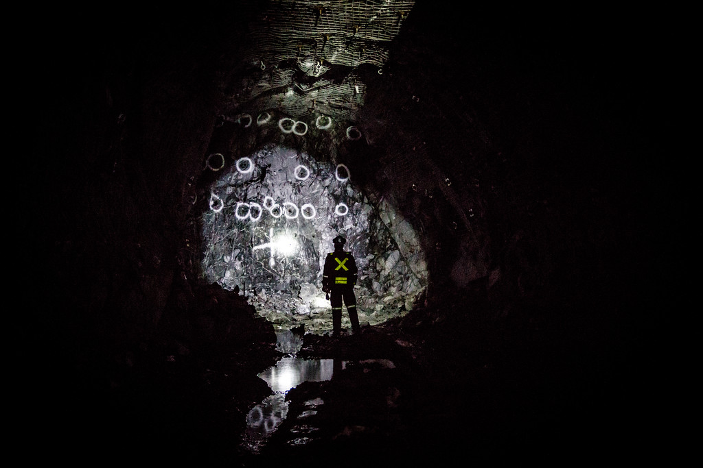 PHOTO OLIVIER PONTBRIAND, LA PRESSE -- Sur cette photo. Mineur qui examine la fin d'une gallerie de la minede Xstata. Visite de la mine de Xstata a matagami