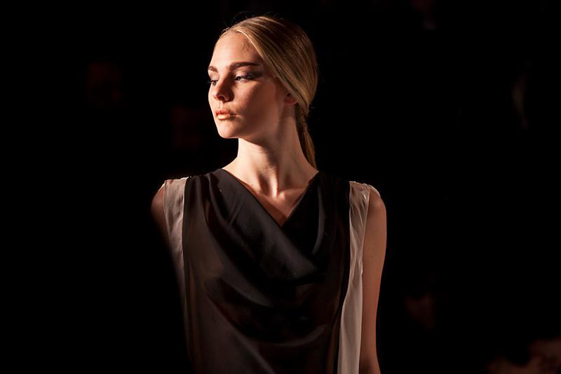 Behind the scene of the Montréal Fashion week. <br /> <br /> Les coulisses de la semaine de la mode de montreal.<br /> Dans cette photo: Une mannequin  se regarde dans le miroir avant le cat walk<br /> Photo Olivier PontBriand