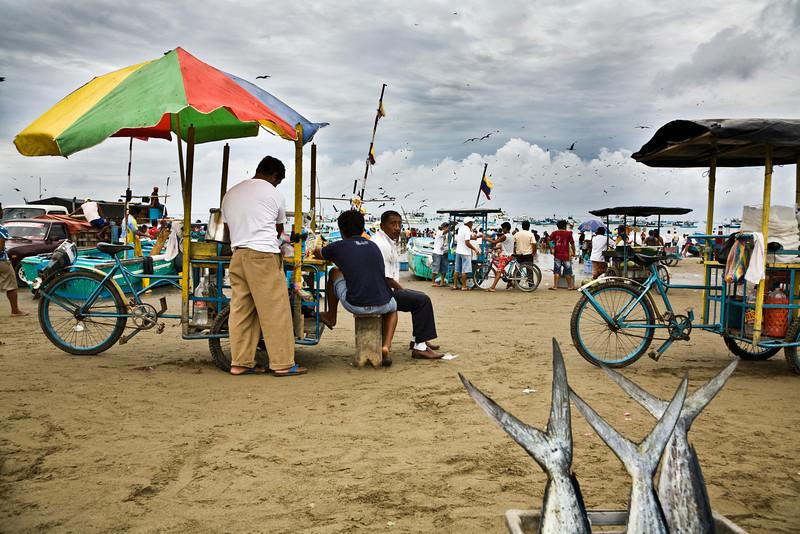 Morning scene on the small beach of Puerto Lopez <br /> <br /> Scène typique matinal sur la petite plage de Puerto Lopez en attendant que les pêcheurs reviennent avec leurs prisent de la nuit <br /> Photo Olivier PontBriand