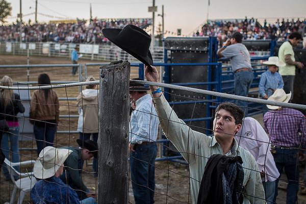 Rodeo in Inverness Quebec<br /> <br /> Un homme prend son chapeau avant sa prestation.<br /> Série faite lors d'une soirée au Rodéo d'Inverness<br /> qui gagne en popularité.<br /> Photo Olivier PontBriand