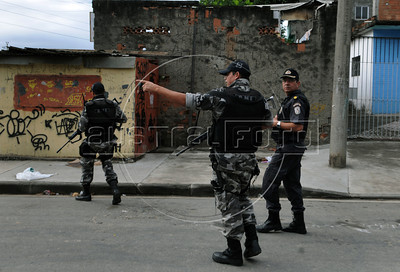 Police officers of the Special Police Operations Battalion occupy to pacify the Manguinhos, Mandela, Varginha, and Jacarezinho shantytowns, Rio de Janeiro, Brazil, October 14, 2012. (Austral Foto/Renzo Gostoli)