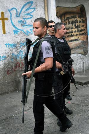 Civil Police officers occupy to pacify the Manguinhos, Mandela, Varginha, and Jacarezinho shantytowns, Rio de Janeiro, Brazil, October 14, 2012. (Austral Foto/Renzo Gostoli)