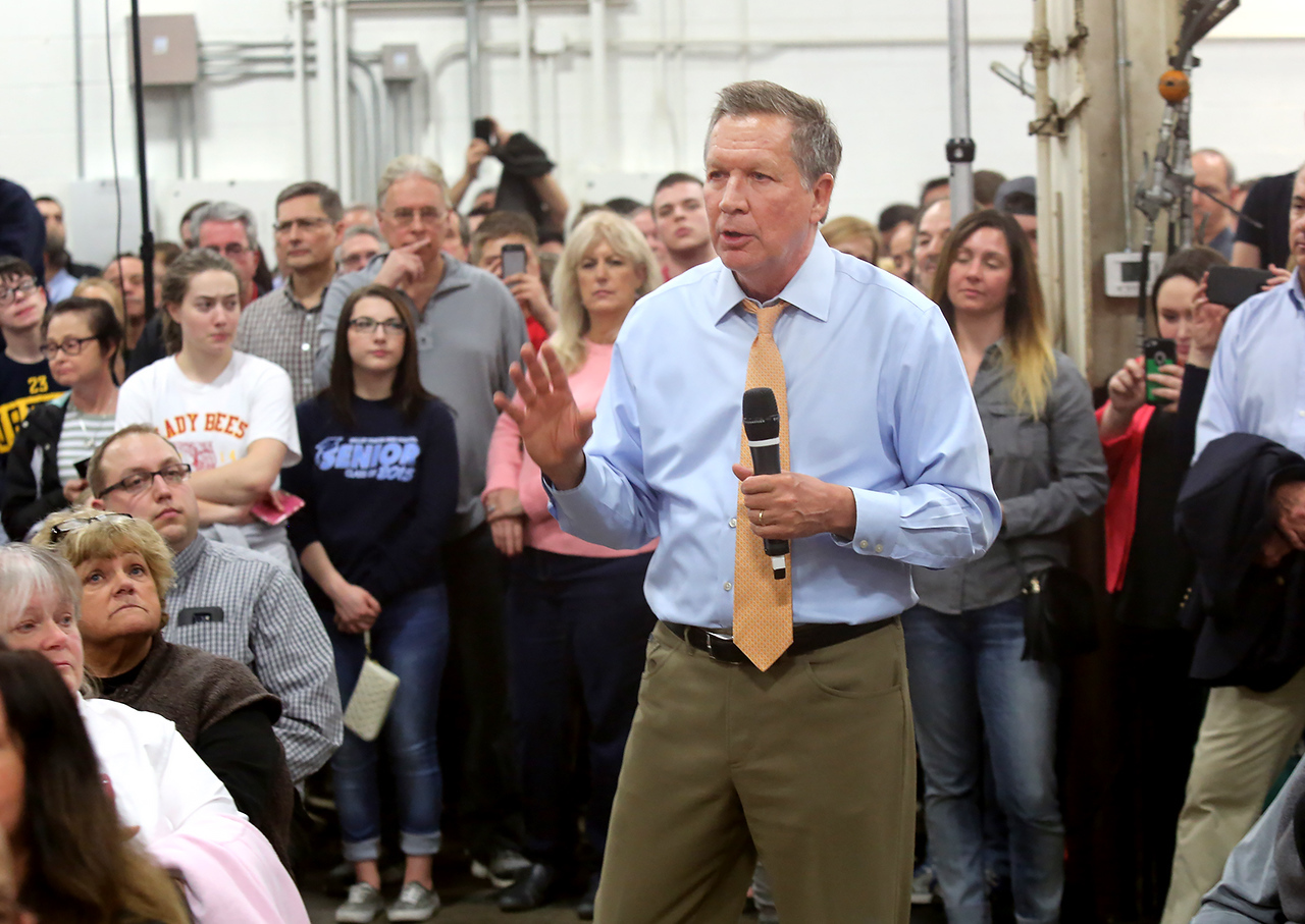 Gov. John Kasich walks through the crowd as he takes questions from the audience at the Ohio CAT plant in Broadview Heights. BRUCE BISHOP/GAZETTE