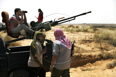 Libyan rebel fighters in the southern frontline, 25km south of Misrata, Lybia, May 27, 2011. (Austral Foto/Nicolas Garcia)