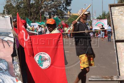 Membros do MST bloqueam a estrada Transamazonica, perto da INCRA, apos atropelamento de uma mulher. (Australfoto/Douglas Engle)