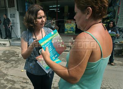 Martha Rocha, jefe de la comisaria de delitos contra la mujer, asesora a pobladores del Complexo do Alemao, Rio de Janeiro, Brazil, december 6, 2010. (Austral Foto/Stringer)