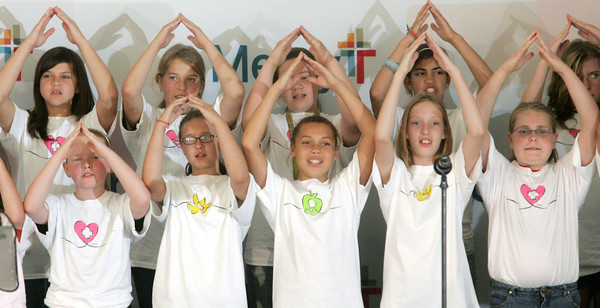 Globe/Roger Nomer<br /> Fifth grade students from Irving Elementary perform a song before Friday's event at Mercy.