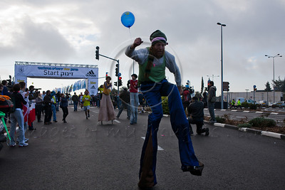 Clowns on stilts at the First Jerusalem International Full-Marathon took place today with 10,000 participants. Jerusalem, Israel. 25/03/2011.