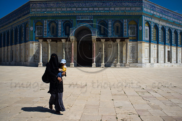 Mother and child outside the Dome of the Rock in the Al-Aqsa Mosque compound, Temple Mount. Jerusalem, Israel. 2 June 2011.