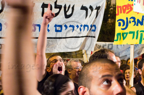Thousands march in Jerusalem to PM Netanyahu's residence simultaneously with similar marches nationwide crying out for the middle-class and demanding a comprehensive change in government priorities to bring social justice. Jerusalem, Israel. 30/07/2011.