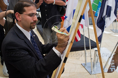 "US Ambassador to Israel, Daniel Shapiro, signs a memorial plaque with the words ""We will never forget"" marking a decade since the 9/11 attacks. Jerusalem, Israel. 11/09/2011."