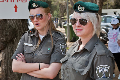 Border Policewomen provide security as women of all ages and races take part in a festive celebration of femininity at Sacher Park prior to the start of Komen's second annual Israel Race for the Cure. Jerusalem, Israel. 3-May-2012.