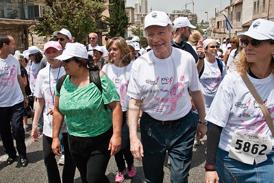 US Senator Joe Lieberman takes part and leads the 2nd annual Komen Israel Race for the Cure as they begin ascending Betzalel Street. Jerusalem, Israel. 3-May-2012.