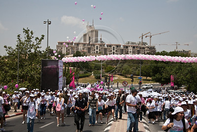 Thousands set out on the 2nd annual Komen Israel Race for the Cure climbing up Betzalel Street. Jerusalem, Israel. 3-May-2012.