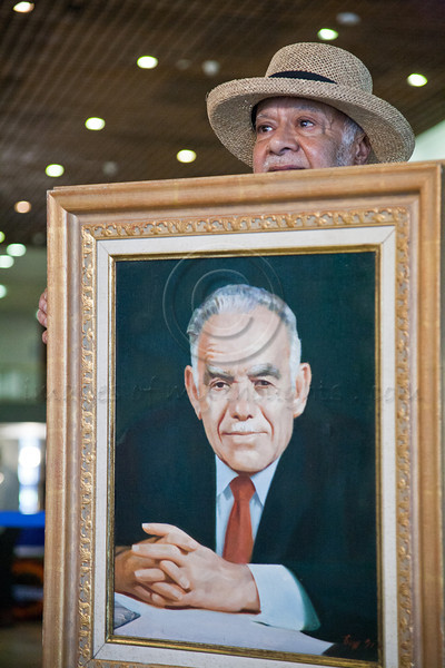 Visitor Uzi Broshi, long time friend of former PM and Head of Mossad, Yitzhak Shamir, comes to pay last respects holding a painted portrait of Shamir. Jerusalem, Israel. 2-July-2012.