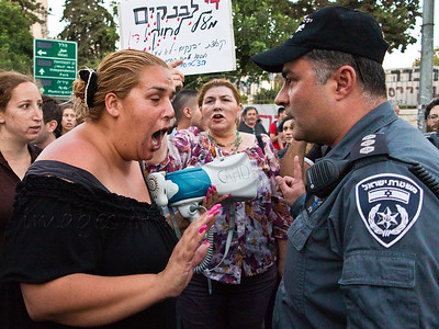 """""""Ma'abara"""" housing activism forum leader, Vicki Vanunu, argues with police captain her right to demonstrate in the street and to obstruct traffic. Jerusalem, Israel. 15-July-2012."""