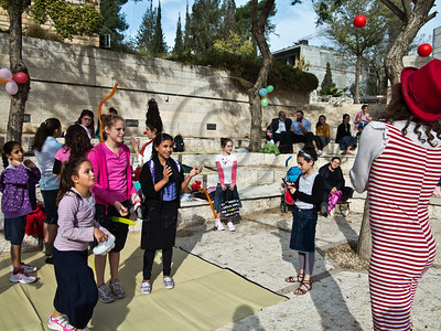 Clowns entertain children from the south of Israel as they take a break from warfare and air-raid sirens visiting the Jerusalem Theatre for Performing Arts for the day. Jerusalem, Israel. 18-Nov-2012.  The Jerusalem Theatre for Performing Arts hosts 450 children from the south of Israel, under fire of Hammas rockets, for a break and change of atmosphere. Children are treated to street performances, lunch and a play.