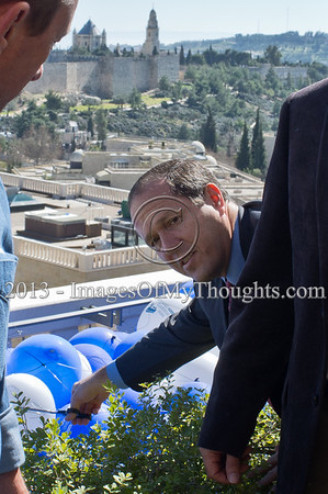 Jerusalem Mayor Nir Barkat prepares to release helium filled balloons above the Old City walls following a press conference on the March 1st planned Jerusalem International Marathon. Jerusalem, Israel. 4-Feb-2013.  Jerusalem Mayor Nir Barkat holds a press conference on the rooftop of the Mamilla Hotel, overlooking the Old City and many of the city's famous icons, on the upcoming 3rd Jerusalem International Marathon to take place March 1st.