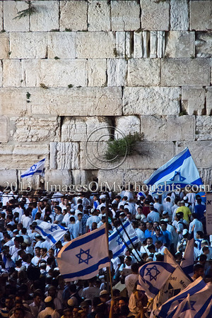 Over fifty thousand Zionists dance with flags in Jerusalem