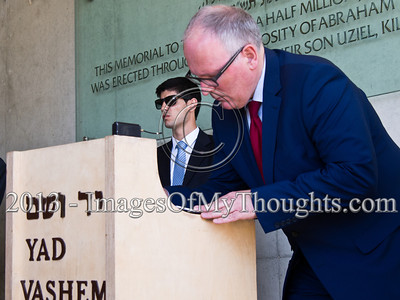 Dutch FM Visits Holocaust Museum in Jerusalem