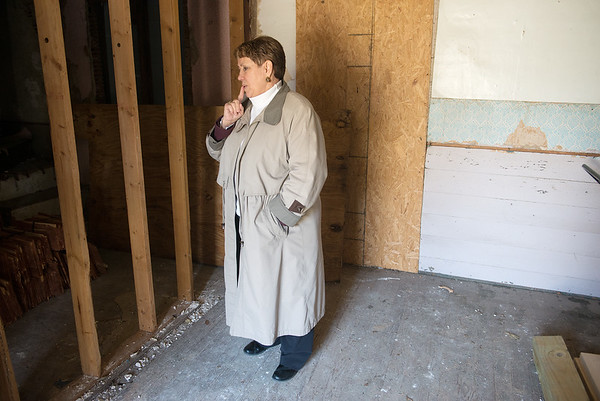 Globe/Roger Nomer<br /> Ann McCormick, executive director of the Carver Birthplace Association, talks about the interior of the Carver Schoolhouse on Thursday.
